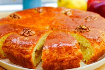 Сдобный пирог с яблоками, который впечатлит гостей
