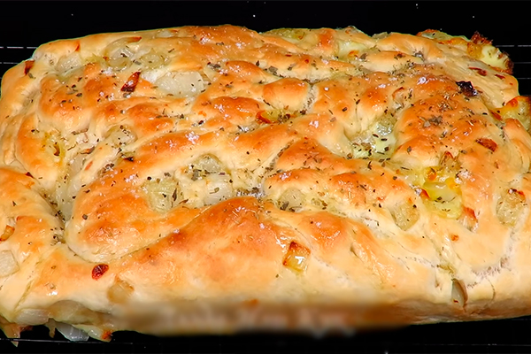 Фокачча – лепешка из Италии с сыром и луком