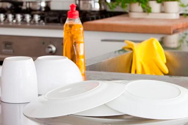 Полезные свойства жидкости для мытья посуды, о которых вы даже не догадывались