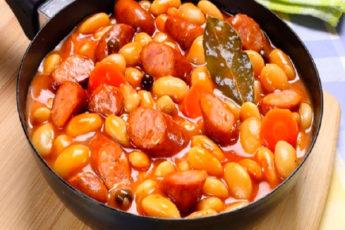 Фасоль тушеная с овощами и копчеными колбасками