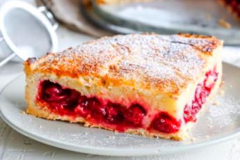 Бюджетный и быстрый — пирог «Вишенка» на кефире