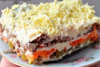 Слоенный салат с печенью и маринованными огурцами