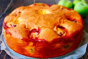Сочный и очень нежный пирог с фруктами: вкуснее, чем шарлотка