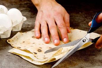 Заменяем макароны нарезанным лавашом и готовим на сковороде