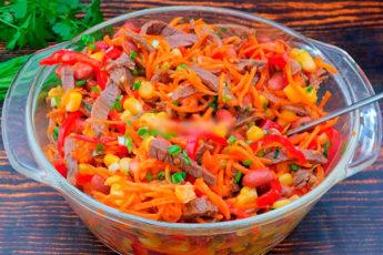 Яркий и сочный мясной салат: отличная альтернатива легкому ужину и вкусная закуска на праздничный стол