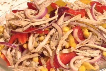 Мясной салат с перцем и кукурузой на скорую руку