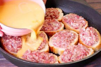 Нарезаем батон и распределяем сверху фарш для сочного мясного пирога без хлопот с тестом