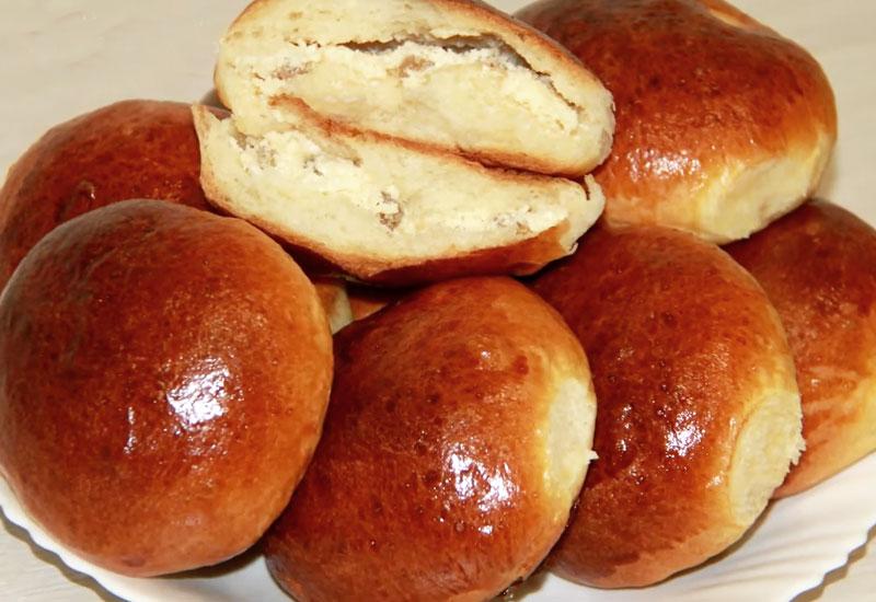 Мягкие булочки с творогом и изюмом по-домашнему