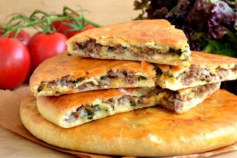 Дрожжевые лепешки с мясом и сыром