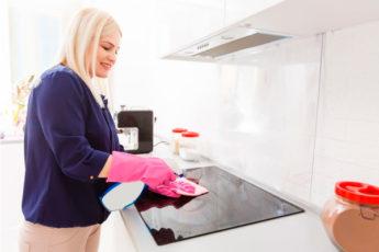 В помощь хозяйке: этот лайфхак сохранит плиту чистой на 10 дней