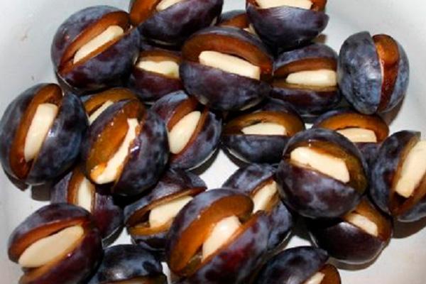 Маринованные сливы с чесноком: отличный гарнир к любому блюду