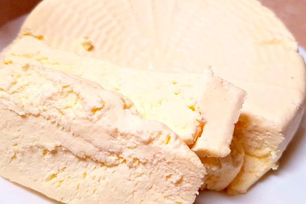 Берем молоко и сметану. За 2 минуты получился изысканный сыр!