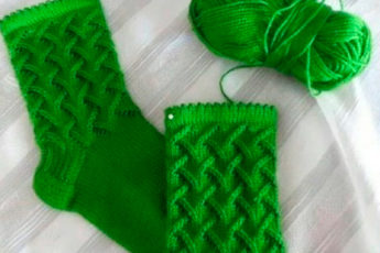 Красивый узор для носков: набрать по 12 петель на каждую спицу и дальше рисунком..